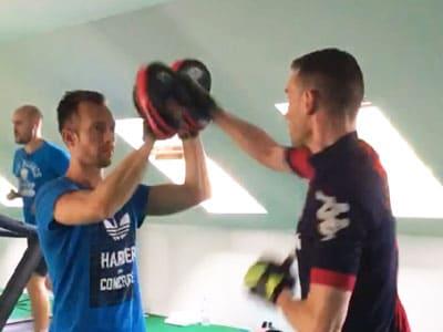 Une séance de boxe training en salle de sport avec un coach