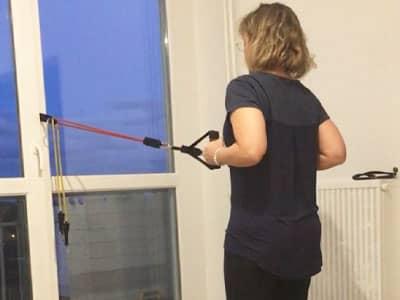Renforcement musculaire avec un élastique sur un coacching à domicile