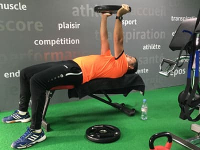 Une séance de cardio training en salle de sport avec la corde ondulatoire