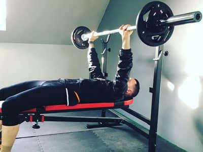Une séance de musculation avec le développé couché en salle de sport