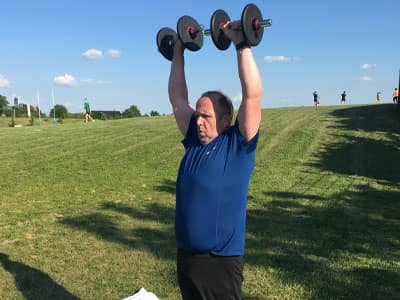 Une séance de musculation sur un coaching en extérieur