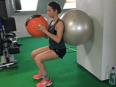 renforcement musculaire avec le swiss ball en cours de sport