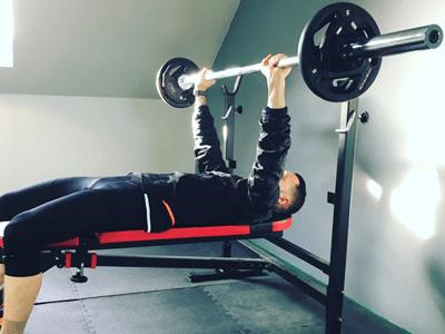 Séance de renforcement musculaire sur un développé couché