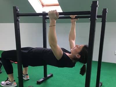 Une séance de musculation en salle de sport avec un coach sportif